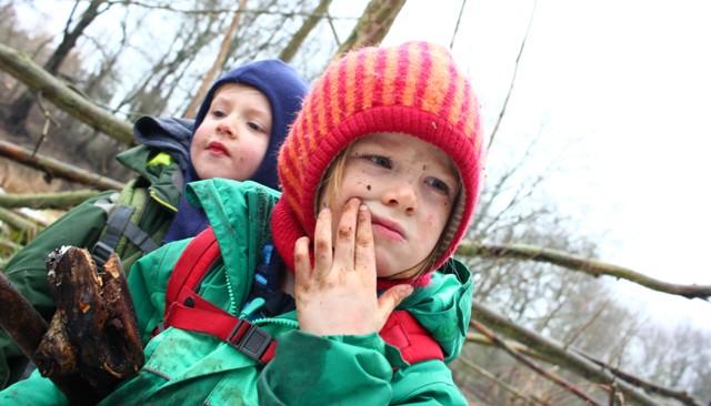 Kinder im Wald 1