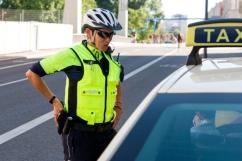 Kontrolle eines Taxifahrers, der Radfahrer gefährdet hat. Taxifahrer ist aggressiv, deswegen sichert sich die Polizistin mit Griff an der Waffe ab.