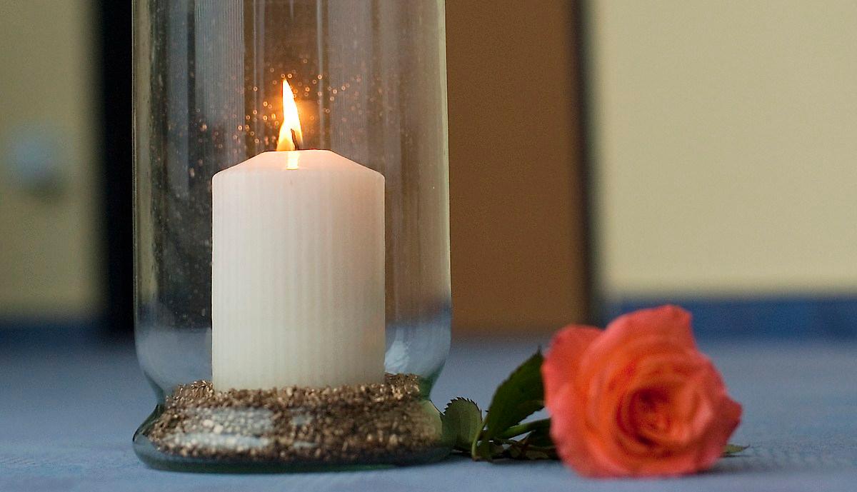 Ein Mensch ist gestorben. Eine Kerze vor einem Patientenzimmer. Copyright: Ricam Hospiz, (C) Cathrin Bach - Konzept und Bild.